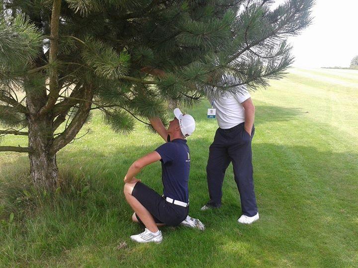 Honza Hájek zachycen při  řešení pravidlové situace- míček mu uvízl na stromě.
